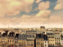 Paris vu du ciel immeubles et tour Eiffel en arrière plan