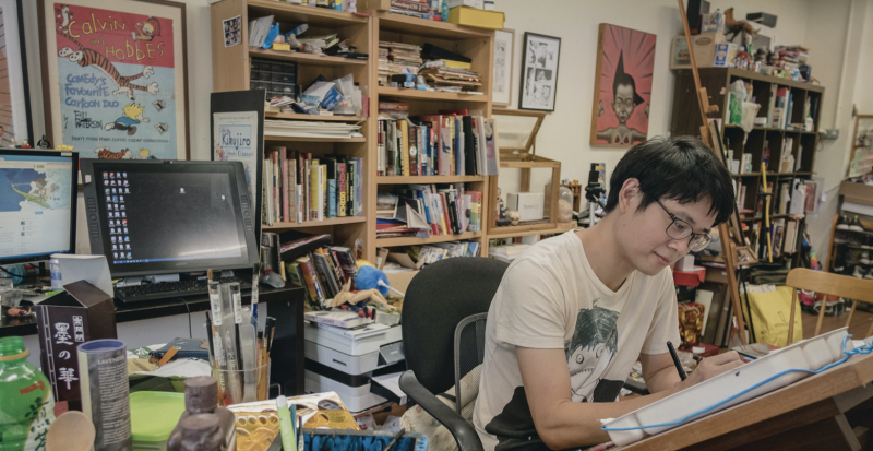 Sonny Liew dans son atelier- credit photo : Michael White